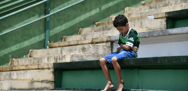 Garoto lamenta o acidente com o time da Chapecoense em homenagem na Arena Condá