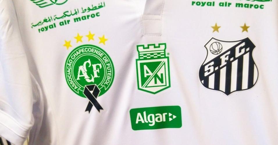 Santos veste camisa com patrocinadores em verde e escutos da Chapecoense e do Atlético Nacional (finalistas da Copa Sul-Americana 2016) antes do jogo contra o América-MG