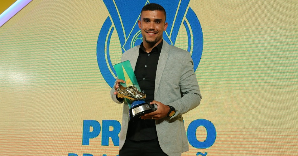 William Pottker, da Ponte Preta, recebeu o prêmio de artilheiro do Campeonato Brasileiro - ele dividiu a honraria com Fred (Atlético-MG) e Diego Souza (Sport)