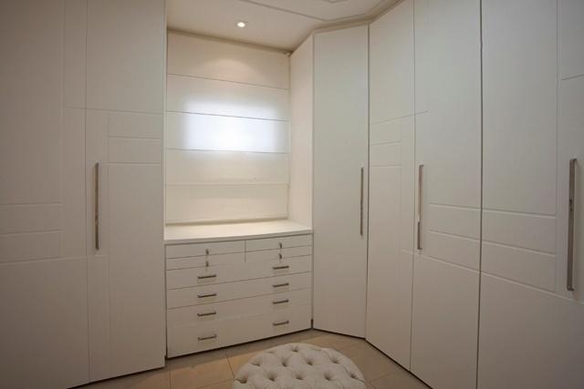 Espaço no quarto reservado para os armários do casal