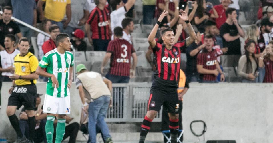 Crysan comemora gol marcado na Arena da Baixada