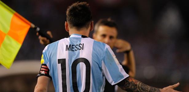 Lionel Messi reclama de uma marcação do auxiliar Emerson Augusto de Carvalho, na partida entre Argentina e Chile
