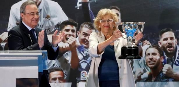 Florentino Pérez, presidente do Real, entrega o troféu do Espanhol a Manuela Carmena, prefeita de Madri
