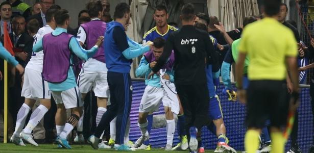 Jogadores de Bósnia e Grécia brigam em campo