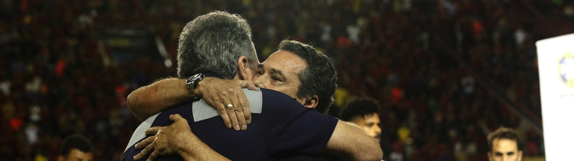 Vanderlei Luxemburgo abraça Abel Braga antes de a bola rolar para Sport x Fluminense