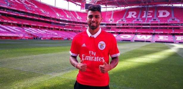 Gabigol posa com a camisa do Benfica em sua apresentação
