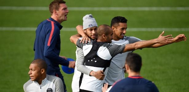 Lucas Moura, Neymar e Marquinhos se abraçam em treino do PSG