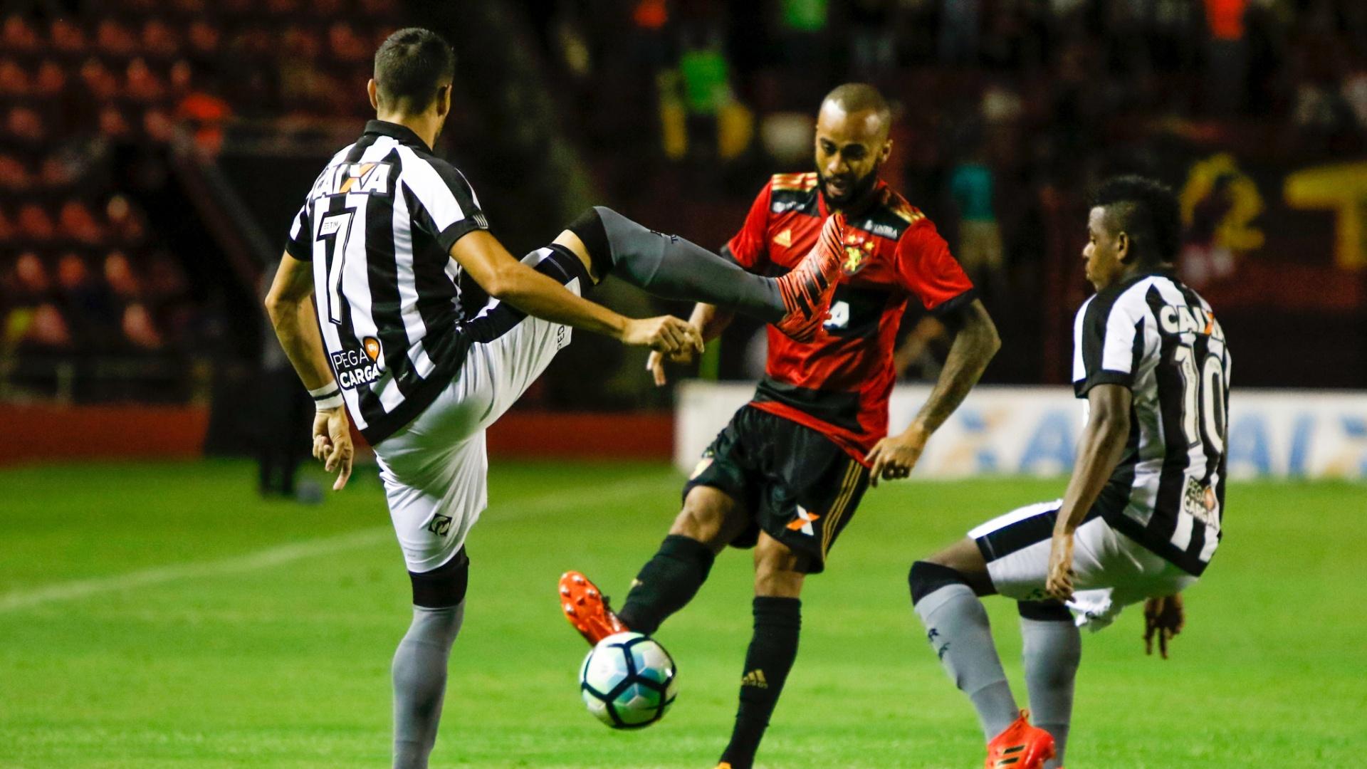 Wesley disputa bola em Sport e Botafogo pelo Campeonato Brasileiro