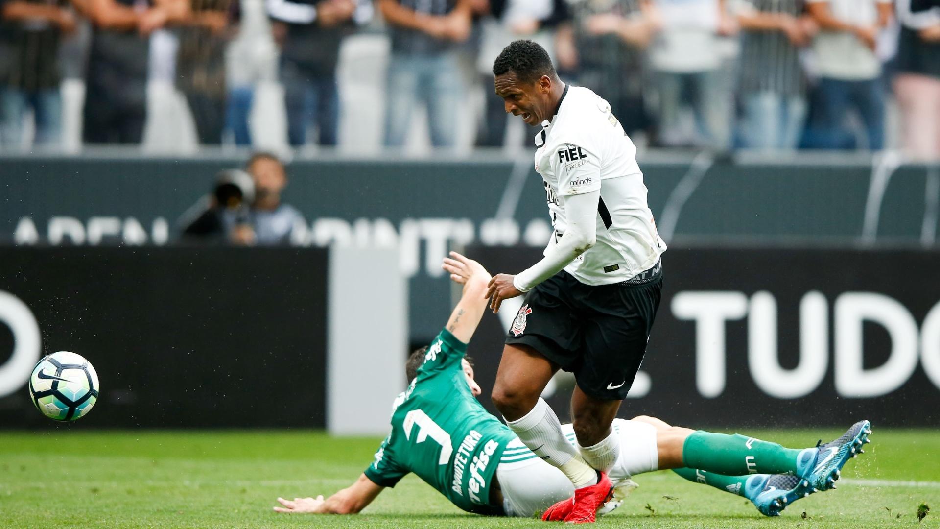 Jô ganha jogada de Dracena em Corinthians x Palmeiras