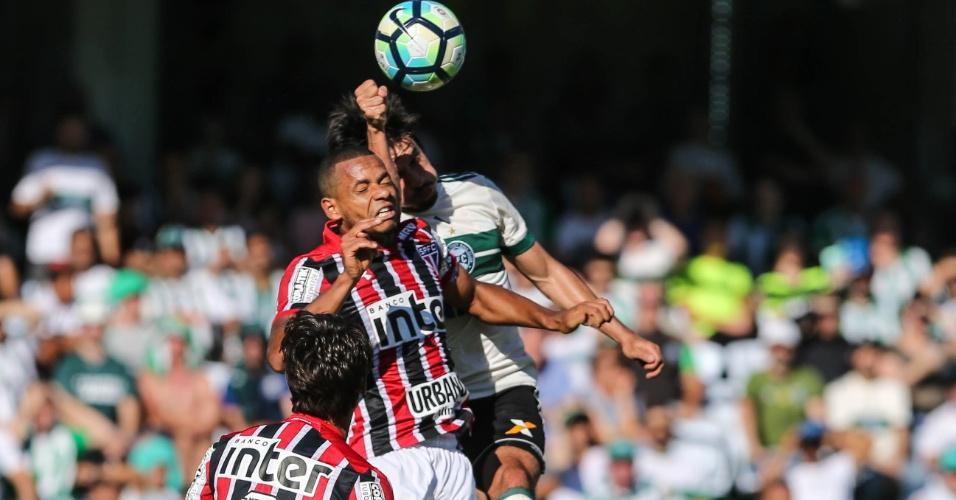Tiago Real, do Coritiba, coloca a mão na bola em lance no qual árbitro marcou pênalti contra o São Paulo