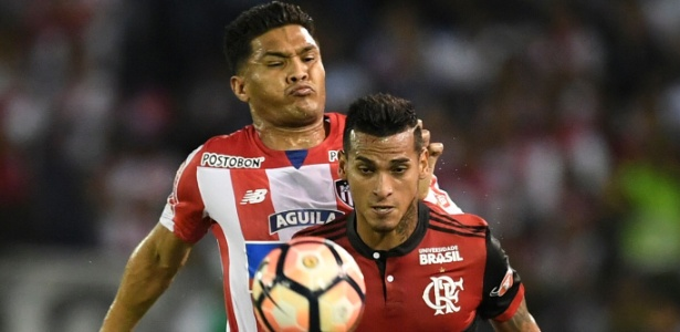 Trauco em ação pelo Flamengo contra o Junior Barranquilla
