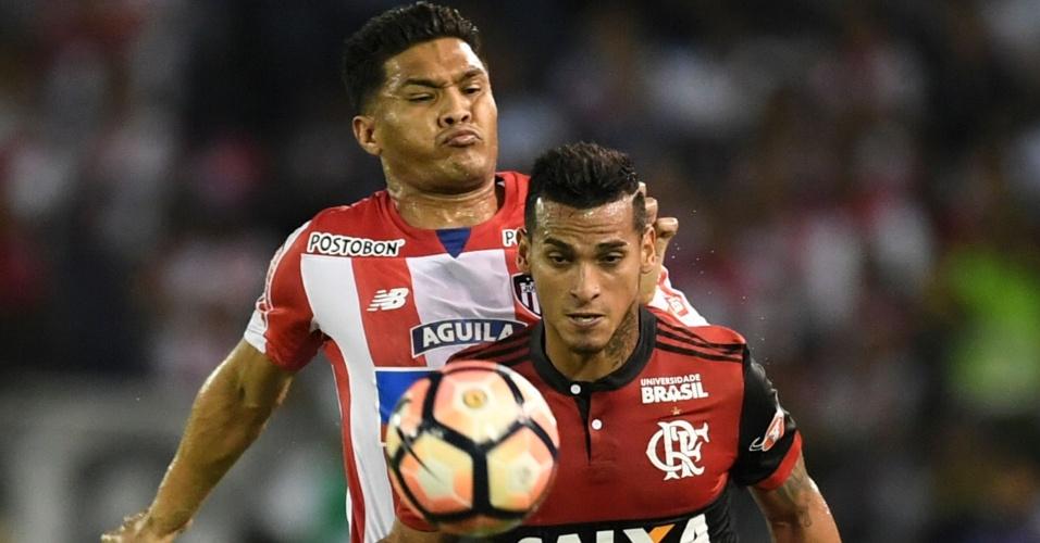 Trauco observa a bola e é marcado por Teofilo Gutierrez no jogo entre Junior e Flamengo