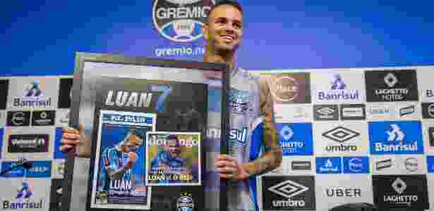 Luan posa com quadro de homenagem concedida pelo Grêmio  - Lucas Uebel/Grêmio - Lucas Uebel/Grêmio
