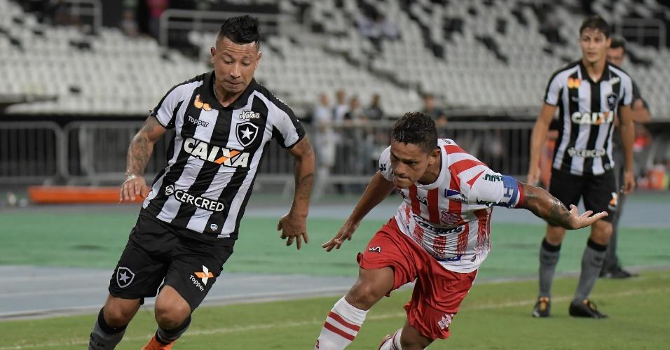 O meia Leo Valencia disputa bola com Valdir em Botafogo x Bangu pelo Campeonato Carioca