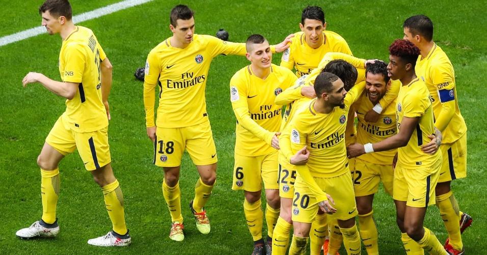 Daniel Alves comemora o gol da vitória do PSG contra o Nice