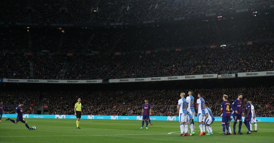 Messi abre o placar com um lindo gol de falta