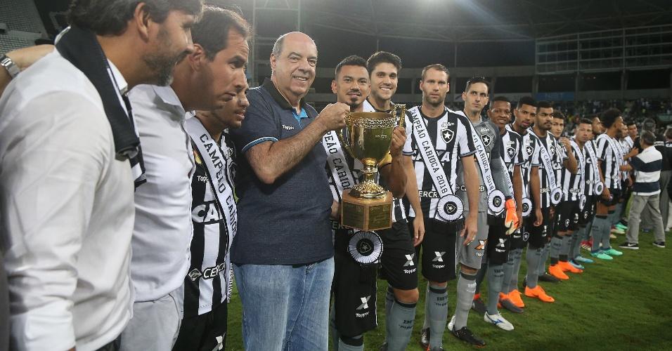 Jogadores do Botafogo recebem faixas pelo título carioca antes do jogo contra o Palmeiras