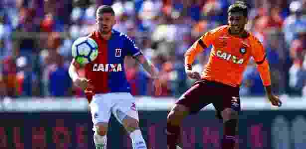 Caio, do Paraná, disputa bola com Camacho, do Atlético-PR - Heuler Andrey/Dia Esportivo/Estadão Conteúdo - Heuler Andrey/Dia Esportivo/Estadão Conteúdo