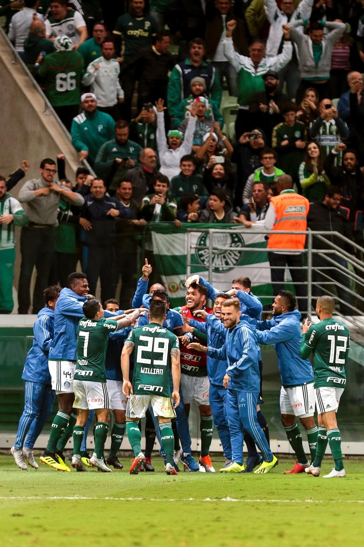 Jogadores do Palmeiras comemoram gol marcado contra o Atlético-PR