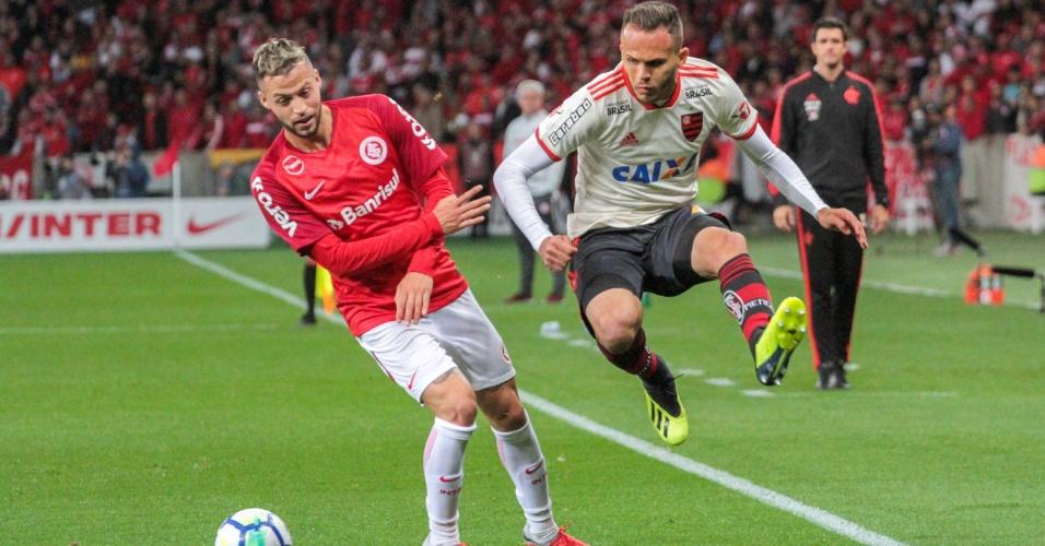 Nico Lopez divide com Renê durante Internacional x Flamengo pelo Brasileirão