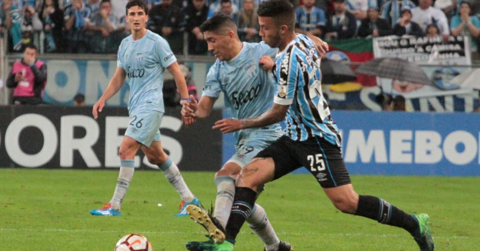 Matheus Henrique disputa bola durante Grêmio x Atlético Tucumán pela Libertadores
