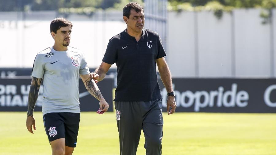 Fagner ouve instruções de Fábio Carille durante treino do Corinthians no CT Joaquim Grava - Rodrigo Gazzanel/Ag. Corinthians