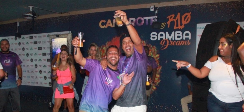 Ronaldinho Gaúcho (d) curte Carnaval com amigo em lado interno de seu camarote na Marques de Sapucaí - Ag. News