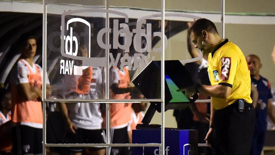 Árbitro revisa lance com auxílio do VAR no Campeonato Brasileiro - Andre Borges/AGIF