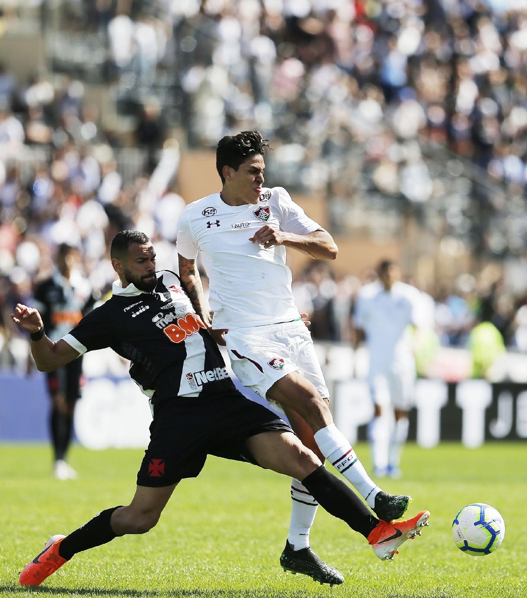 Pedro disputa bola com Leandro Castán, durante jogo entre Vasco e Fluminense