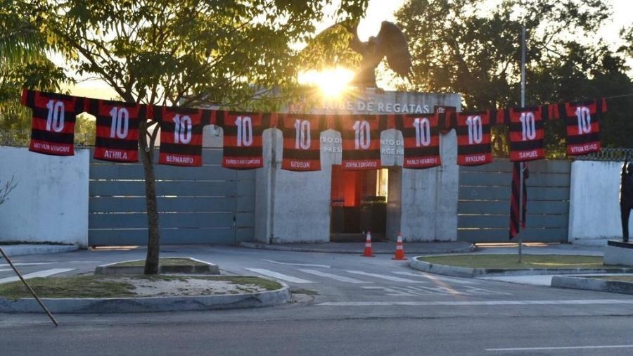 Camisas lembrando os garotos do Ninho estendidas em frente ao Centro de Treinamentos do Flamengo, o Ninho do Urubu - Divulgação