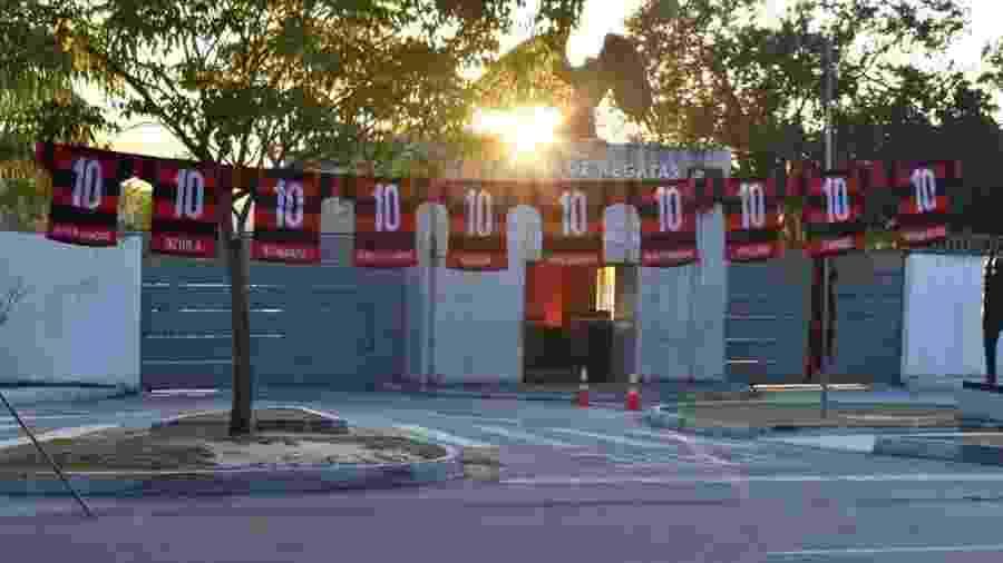 Camisas com os garotos do Ninho foram estendidas em frente ao centro de treinamento do Flamengo - Divulgação