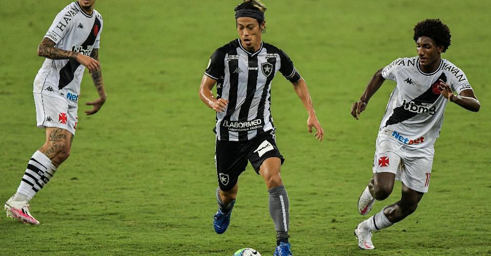 Honda, do Botafogo, e Talles Magno, do Vasco, durante partida pela Copa do Brasil