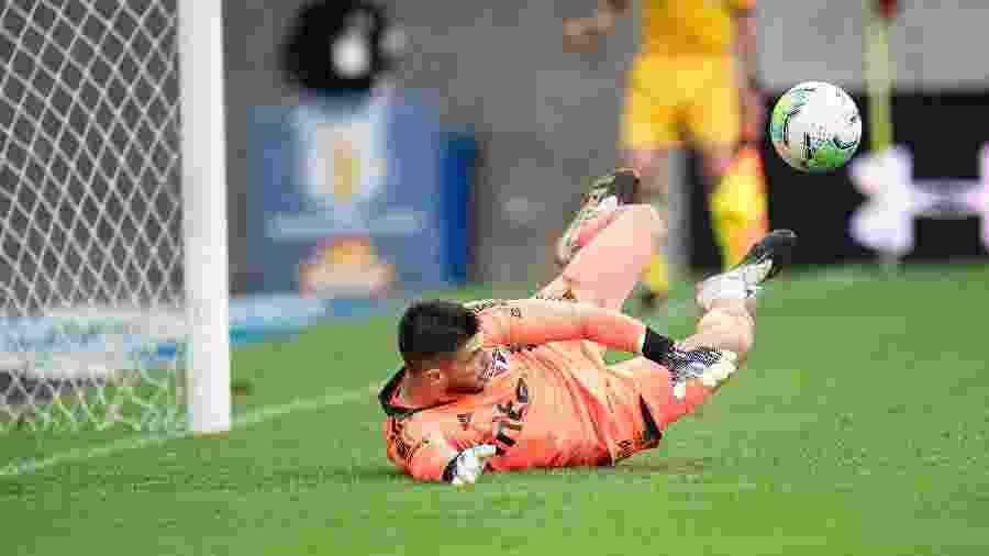 Tiago Volpi faz defesa em pênalti cobrado por Pedro no duelo entre Flamengo e São Paulo - Jorge Rodrigues/AGIF