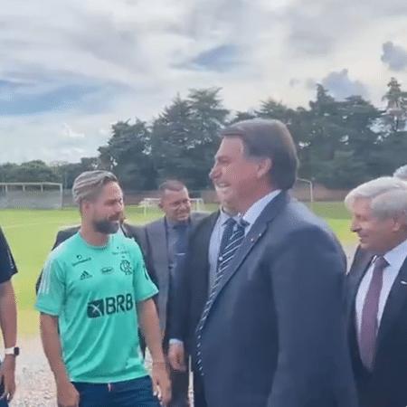 Sem máscara, Bolsonaro cumprimenta jogadores do Flamengo em visita ao CT do Brasiliense - Reprodução