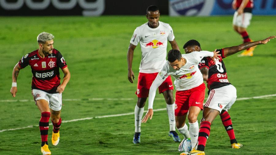 Jogadores de Flamengo e Red Bull Bragantino disputam bola em jogo da Série A - Diogo Reis/Diogo Reis/AGIF