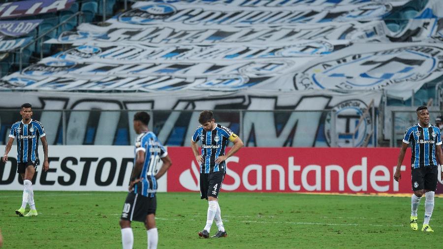 Jogadores do Grêmio lamentam durante a derrota para o Independiente del Valle pela Libertadores - Fernando Alves/AGIF