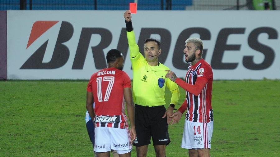 William é expulso no jogo entre São Paulo e Racing pela Libertadores - AGIF/AGIF