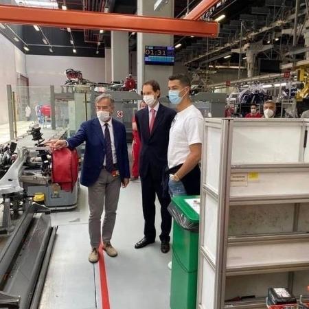 Cristiano Ronaldo com John Elkann e Agnelli em fábrica da Ferrari - Reprodução