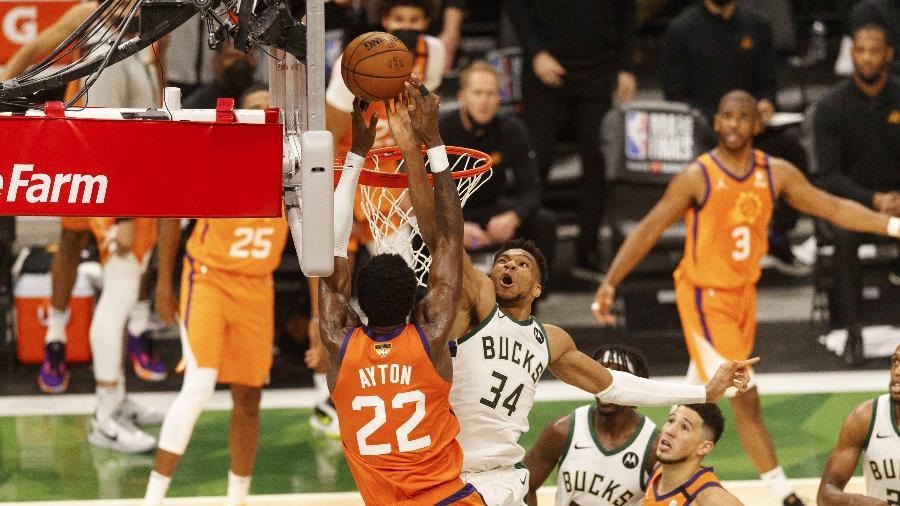 Giannis Antetokounmpo (34), do Milwaukee Bucks, dá um toco em Deandre Ayton (22), do Phoenix Suns, no final do jogo 4 das Finais da NBA - Jeff Hanisch-USA TODAY Sport