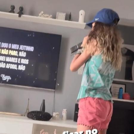 Rayssa Leal cantando IZA em seu Instagram - Reprodução