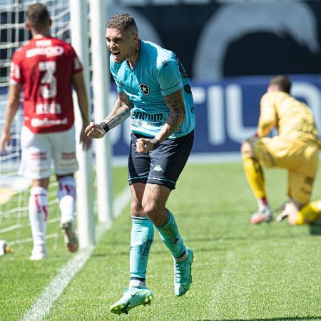 Rafael Navarro, atacante do Botafogo, comemora gol marcado contra o Vila Nova-GO na Série B - Jorge Rodrigues/AGIF