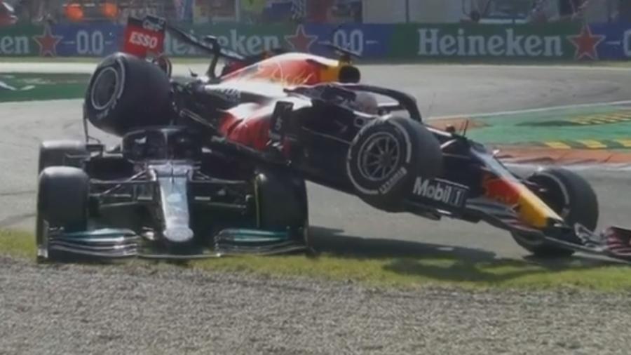 Carros de Hamilton e Verstappen ficaram parcialmente destruídos após grave acidente entre os pilotos - Reprodução/Band