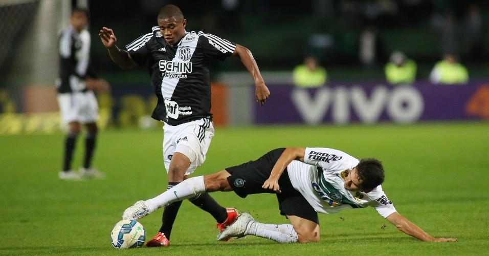 Lúcio Flávio, do Coritiba, e Juninho, da Ponte Preta, disputam a bola em jogo válido pela 12ª rodada do Campeonato Brasileiro