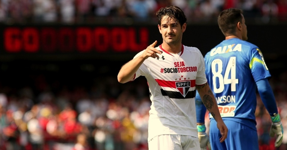 Pato marcou um lindo gol no primeiro tempo de partida no Morumbi