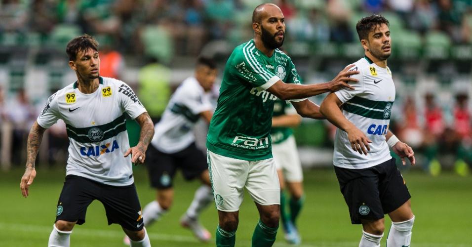 Alecsandro tenta se livrar da marcação no confronto entre Palmeiras e Coritiba pelo Campeonato Brasileiro