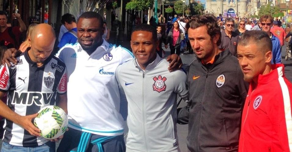 Representantes de Atlético-MG, Schalke 04, Corinthians, Shakhtar Donetsk e Internacional posam para foto durante a Parada da Disney