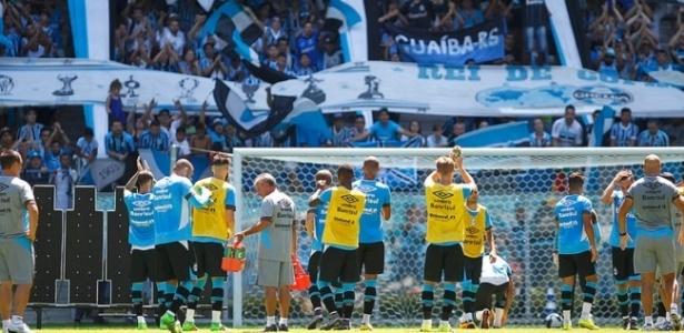 Jogadores do Grêmio agradecem apoio dos torcedores em treinamento