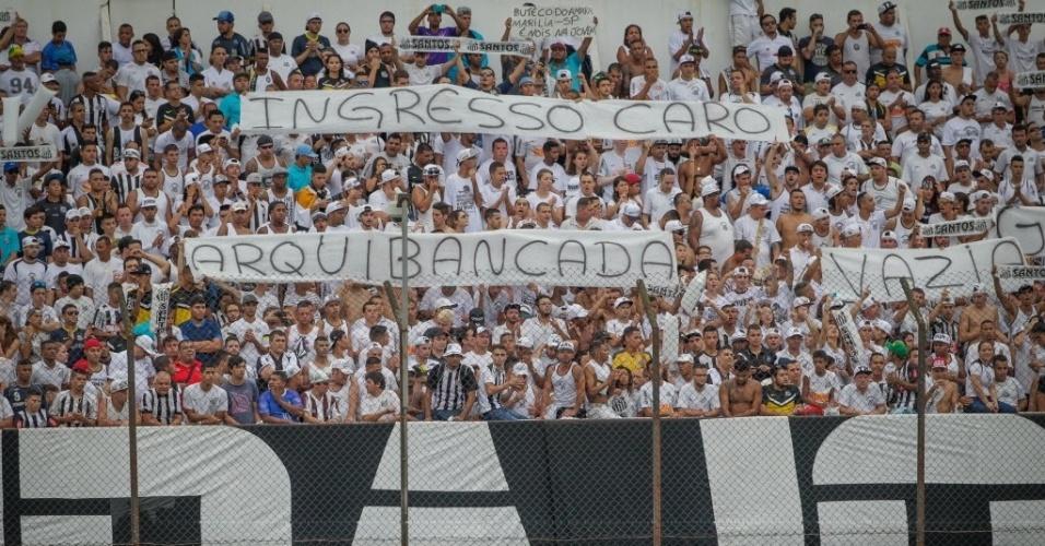 Torcida do Santos protesta contra a TV Globo e contra o preço dos ingressos nas arquibancadas da Vila Belmiro no clássico contra o Corinthians pelo Paulistão