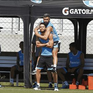 Douglas brinca com Marcelo Oliveira e posta foto nas redes sociais - Reprodução/Instagram