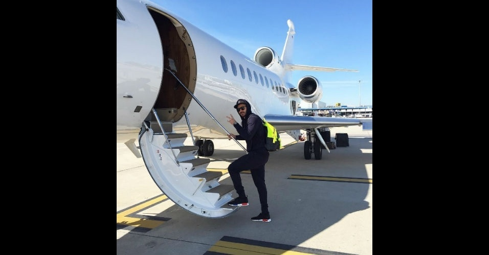 Benzema se prepara para viajar em um jatinho